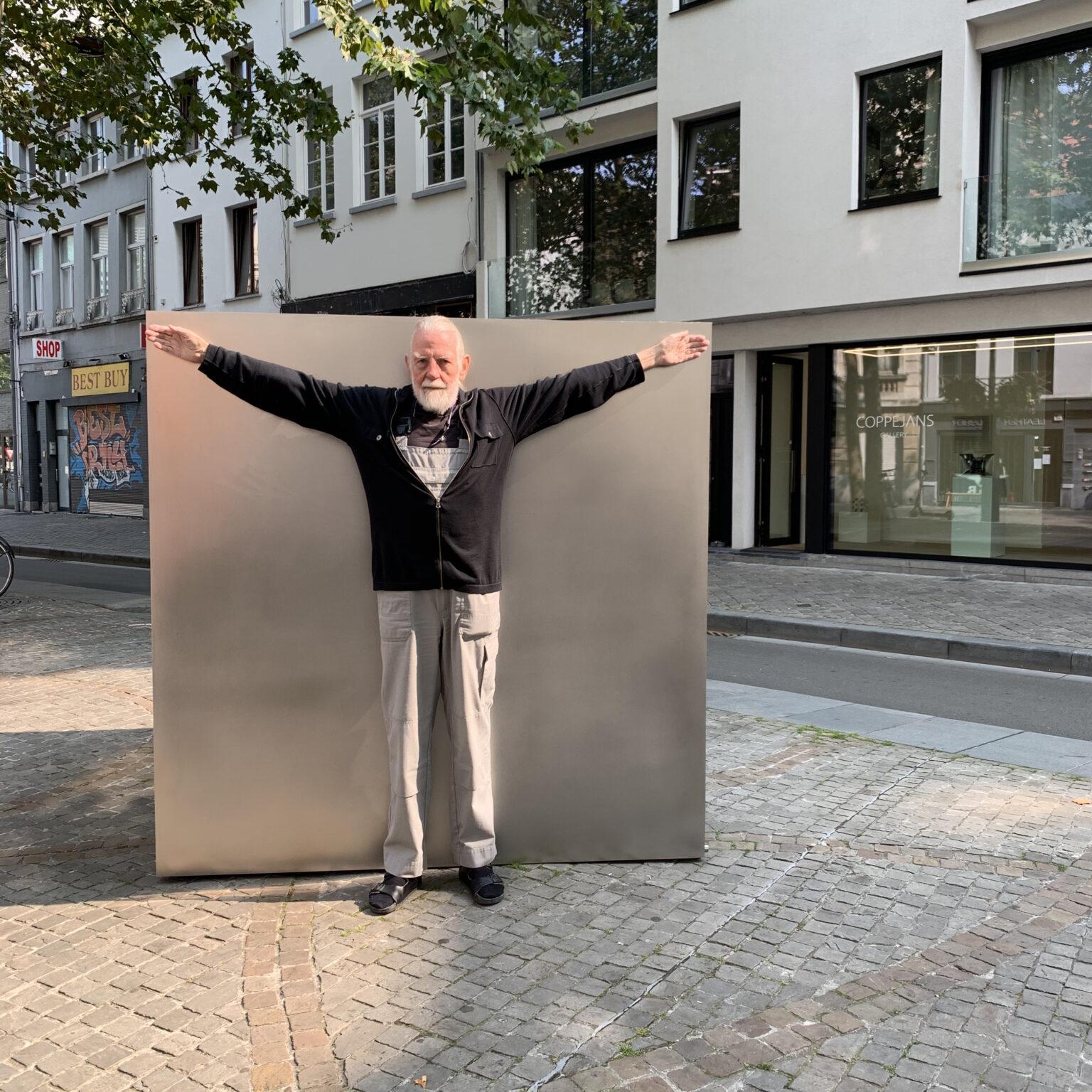 Ewerdt Hilgemann in front of Cube(Self)