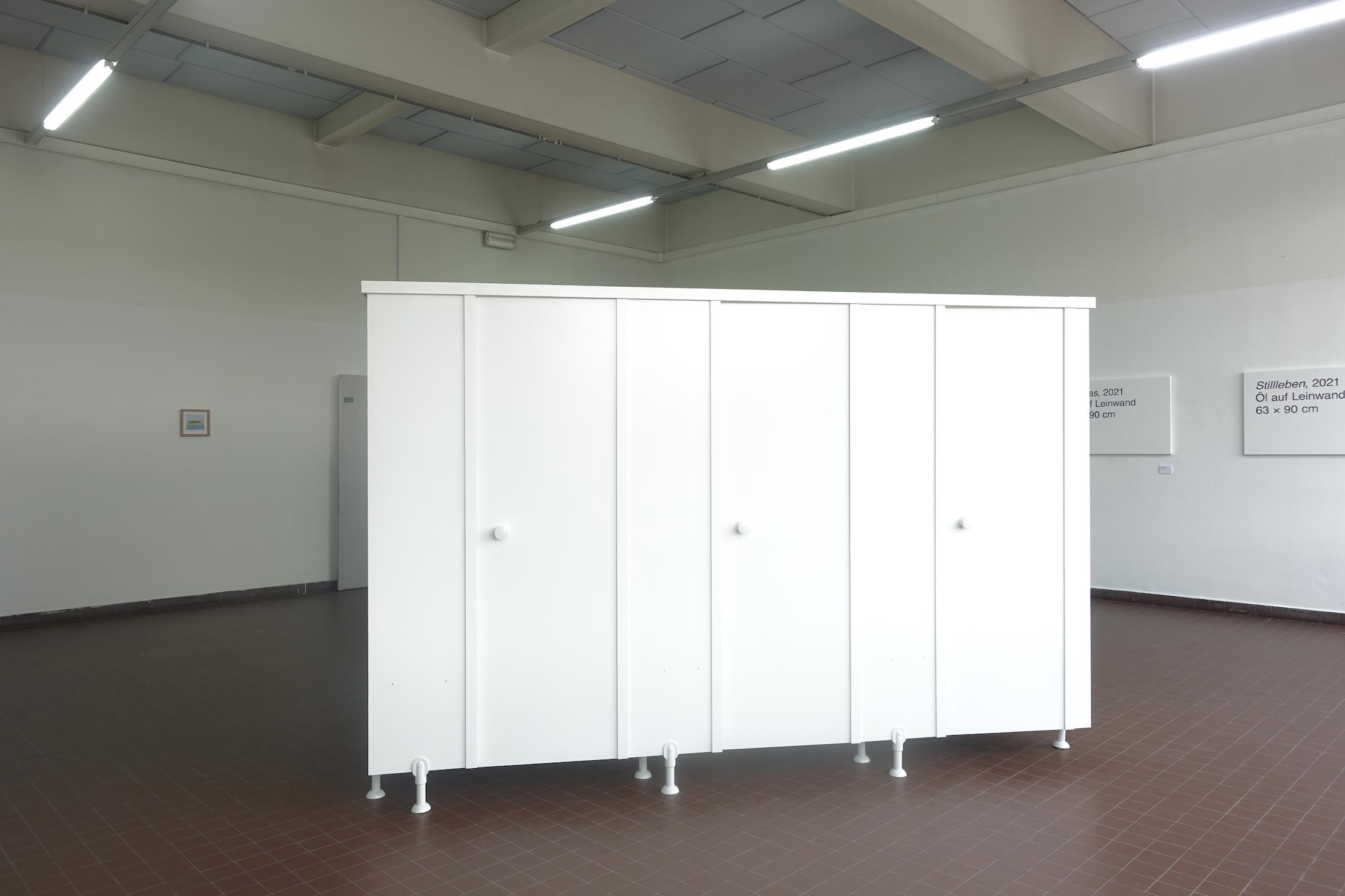 Marie-Sophie Beinke - Umkleidekabine (Changing Cubicle), 2021 Enameled wood, plastic door accessories 210 x 297 x 120 cm